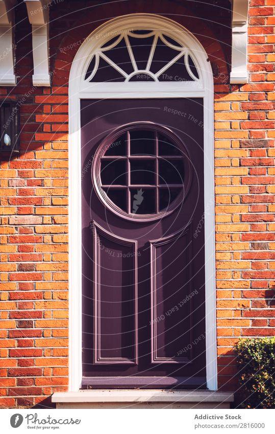 Blick auf eine lebendige violette Tür mit runden Fenstern in der Londoner Str. altehrwürdig hell schwarz gelb gestylt Eingangstür Glas Holz Farbe mehrfarbig