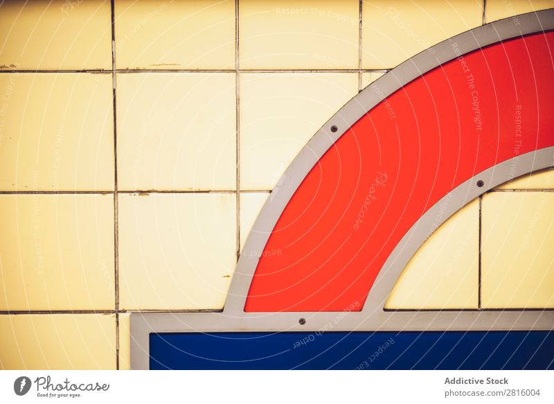 LONDON, GROßBRITANNIEN - 15. OKTOBER 2016: Teil der Mauer in der Londoner U-Bahn Konsistenz Wand Design Backstein Innenarchitektur gelb rot blau Sauberkeit