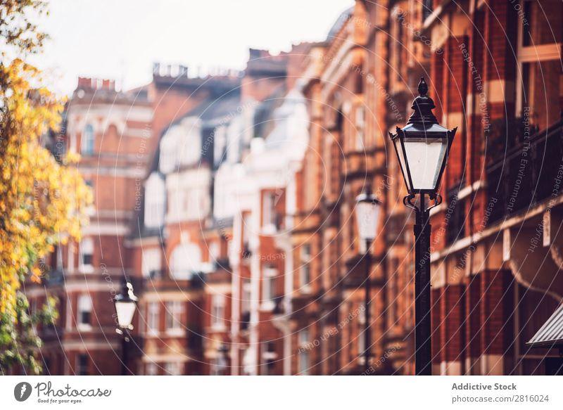 Ziegelflachkisten in London. Horizontale Außenaufnahme Haus Backstein Fenster Architektur Vorderseite Gebäude rot Wand Großstadt Stadt Menschenleer