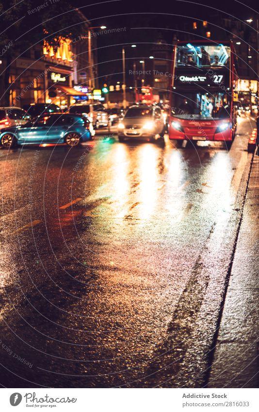 London schläft nie. KFZ Nacht Großstadt Licht PKW Stadt Verkehr England Vientiane Großbritannien Straße Briten Europa erleuchten Bewegung Scheinwerfer