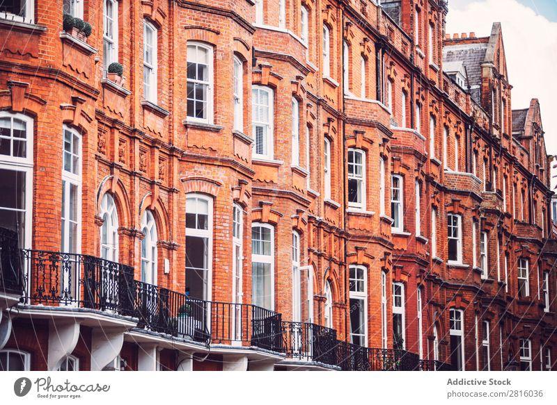 Backsteingebäude Haus Fenster London Architektur Vorderseite Gebäude rot flach Wand Großstadt Stadt Außenaufnahme Menschenleer Großbritannien Textfreiraum