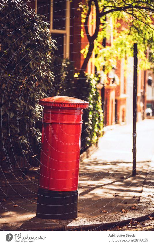 Roter Londoner Briefkasten rot England Englisch Post Großbritannien Kasten Mitteilung national Straße Großstadt Stadt vertikal Außenaufnahme Menschenleer