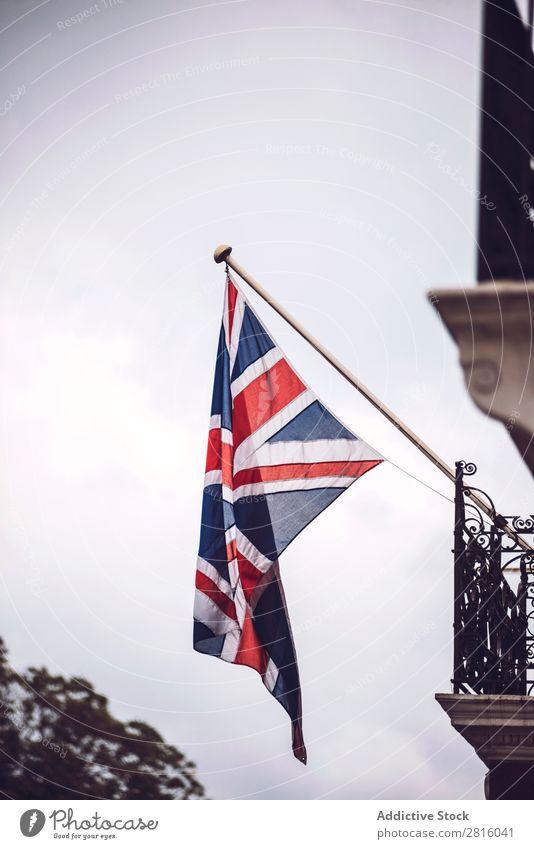 britische Flagge Fahne Himmel Großbritannien hängen Gebäude patriotisch national Wand Straße Großstadt Stadt alt London vertikal Außenaufnahme Menschenleer