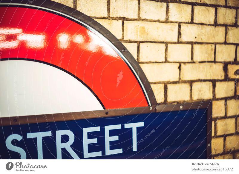 LONDON, GROßBRITANNIEN - 14. OKTOBER 2016: Londoner U-Bahn Zeichen Nahaufnahme Eisenbahn Station Verkehr Bahnsteig Großstadt Stadt Menschenleer Tunnel