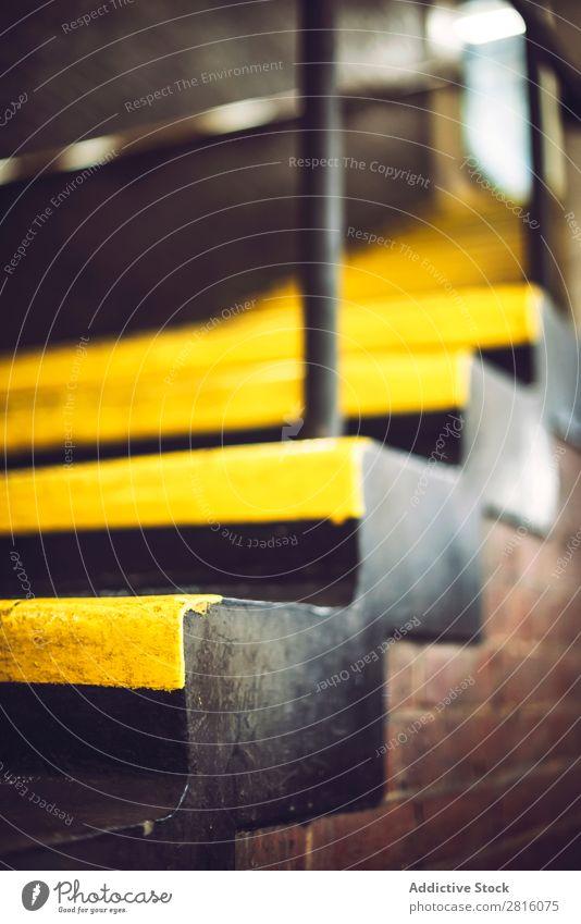 Leiter in der Londoner U-Bahn Treppe Bahnsteig Station Verkehr Eisenbahn Großstadt Stadt Menschenleer Tunnel rot Außenaufnahme Großbritannien England Vientiane