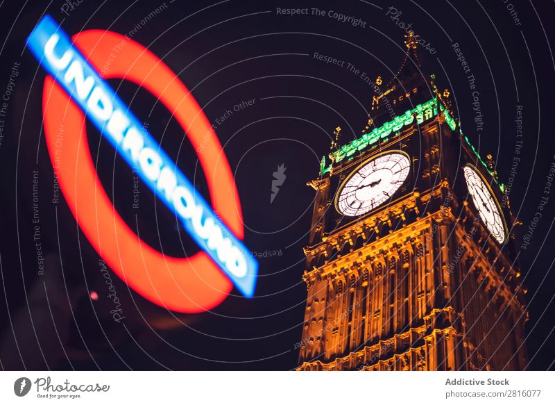 Untergrundschild und Big Ben Tower in London. Horizontaler Außenbereich U-Bahn Turm Denkmal Architektur Zeichen Schreibtisch Station Verkehr Großstadt Stadt
