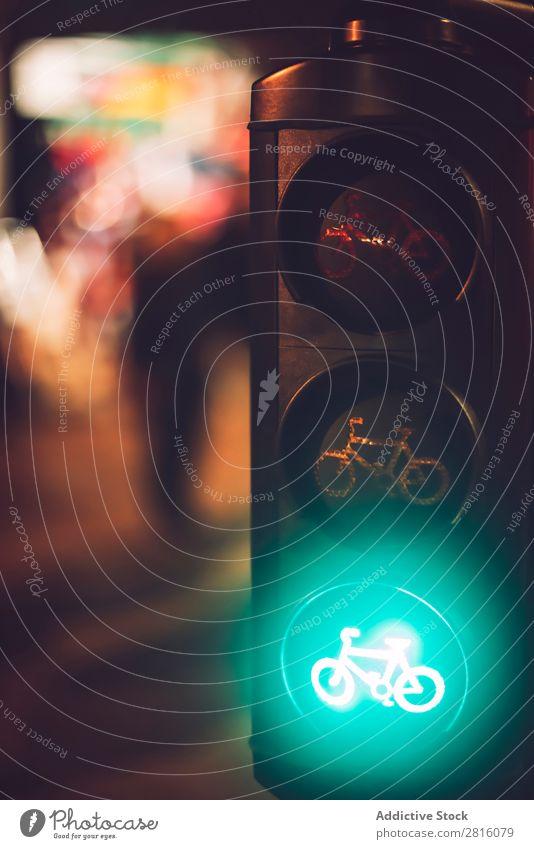 Nahaufnahme der Ampelanlage mit grünem Fahrradschild Verkehr Licht Zeichen Straße Sicherheit stoppen Verwarnung Signal Kontrolle Semaphor Stadt regulieren