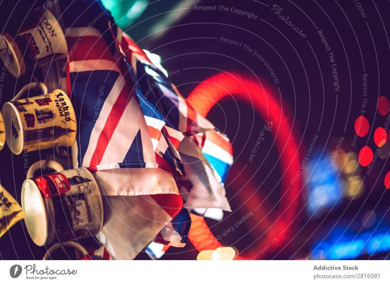 LONDON, GROßBRITANNIEN - 13. OKTOBER 2016: Souvenirbecher im Hintergrund o London Eye Tasse Unschärfe Fahne Denkmal Architektur Großstadt Stadt Menschenleer rot