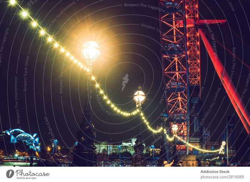 LONDON, GROßBRITANNIEN - 13. OKTOBER 2016: Nachtaufnahme des London Eye in L Licht England Großstadt Tourismus Auge Wahrzeichen Themse Skyline Fluss