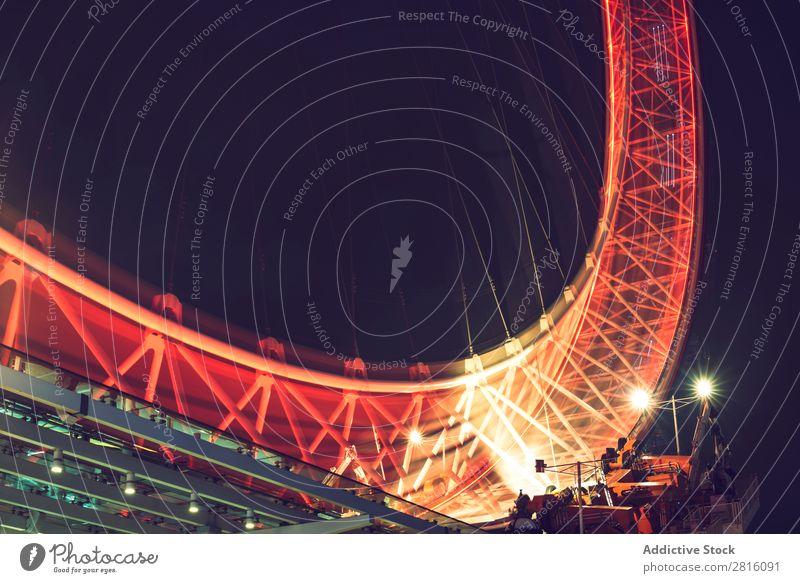LONDON, GROßBRITANNIEN - 13. OKTOBER 2016: Nachtaufnahme des London Eye in London. Das London Eye ist ein riesiges Riesenrad am Ufer der Themse. Licht England