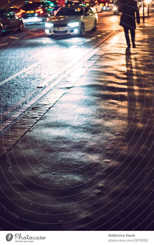 Scheinwerferreflexion auf der Londoner Straße. Nacht PKW Großstadt Verkehr Licht Stadt Fußgänger Schatten Lichtstrahl nass England Abenddämmerung Fahrzeug