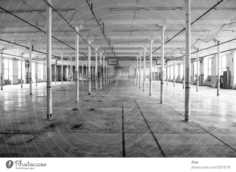 I Menschenleer Industrieanlage Fabrik Bauwerk Gebäude Mauer Wand Fenster Tür Dach alt dreckig kalt trist grau Pfosten Beton gehen Ferne Einsamkeit