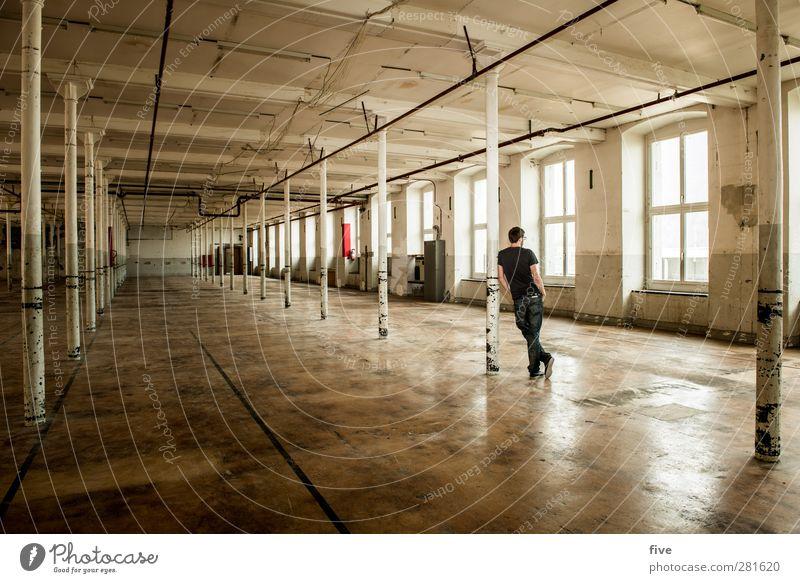Ruhe Mensch maskulin Mann Erwachsene Körper 1 30-45 Jahre Haus Industrieanlage Fabrik Bauwerk Gebäude Mauer Wand Fenster Dach Blick stehen warten alt Wärme