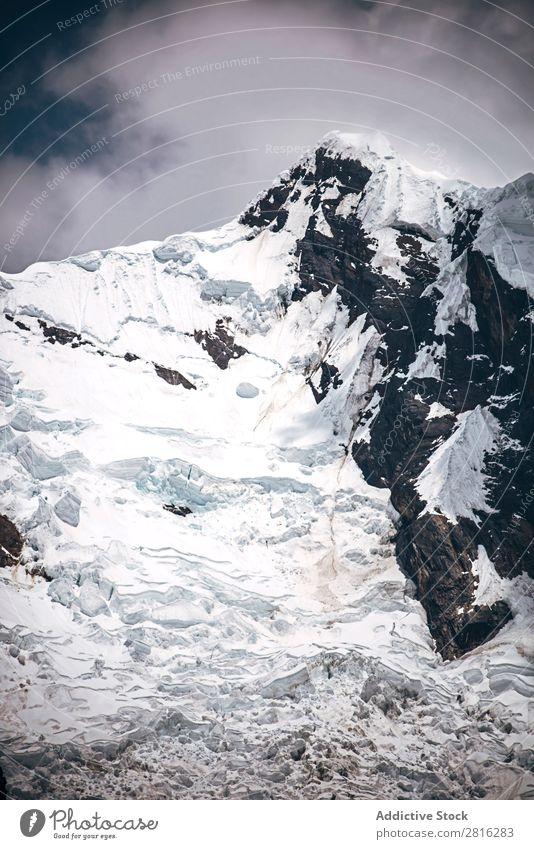 Schöner schneebedeckter Berggipfel in der Cordillera Blanca-Kette des Huascaran Nationalparks, Peru Berge u. Gebirge Gipfel Cruz wandern Gletscher Ausflugsziel