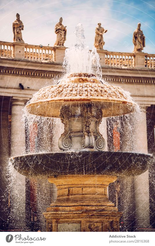 Detail des Brunnens auf dem Petersplatz (Piazza San Pietro), im Vatikan, Rom, Italien. Platz Italienisch Kathedrale Quadrat Gigant Schalen & Schüsseln