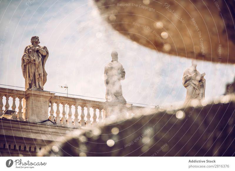 Detail des Brunnens auf dem Petersplatz (Piazza San Pietro), im Vatikan, Rom, Italien. Platz Italienisch Kathedrale Quadrat Schalen & Schüsseln