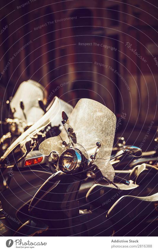 Roller werden in der Abenddämmerung auf der Stadtstraße geparkt, in Rom, Italien. Kleinmotorrad Außenaufnahme Italienisch Ferien & Urlaub & Reisen Tradition