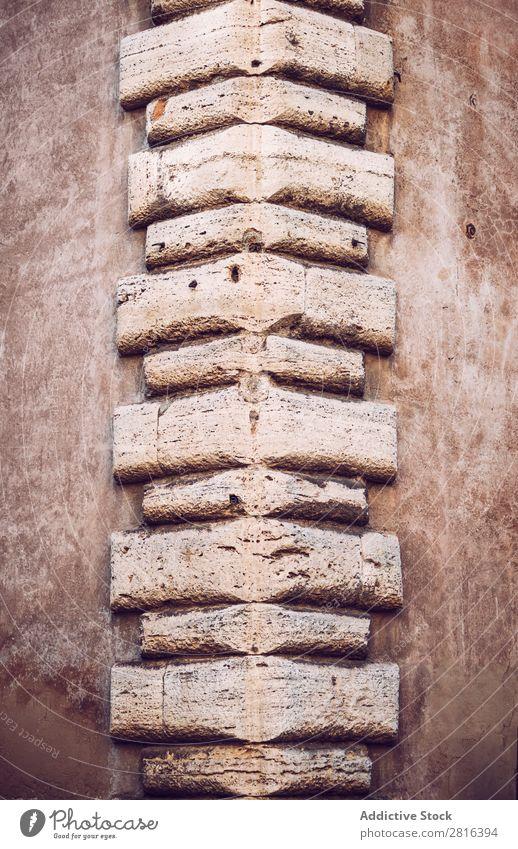 Ecke eines Hintergrunds der Gebäudetextur. Rom, Italien Backstein Stein Oberfläche Dekoration & Verzierung Zement rau Quadrat alt Ornament Fliesen u. Kacheln