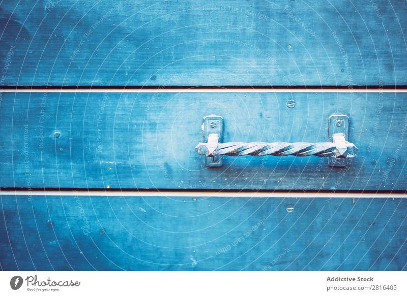 Detail der Türen aus blau lackiertem Holz. Textur-Hintergrund mediterran malen Griechen Muster Metall Türklopfer Außenaufnahme Dekoration & Verzierung alt