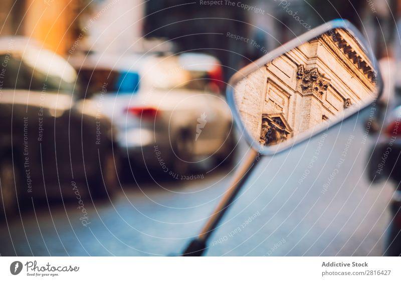 Gebäude im Spiegel eines in Rom geparkten Rollers, Italien. Architektur Vientiane Großstadt Europa Fassade Motorrad Motorradspiegel Reflexion & Spiegelung