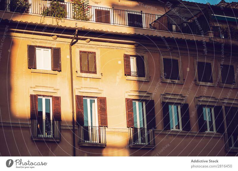 Rom, Italien. Typische architektonische Details der Altstadt Hintergrundbild alt Tür Wand gelb Baum dreckig
