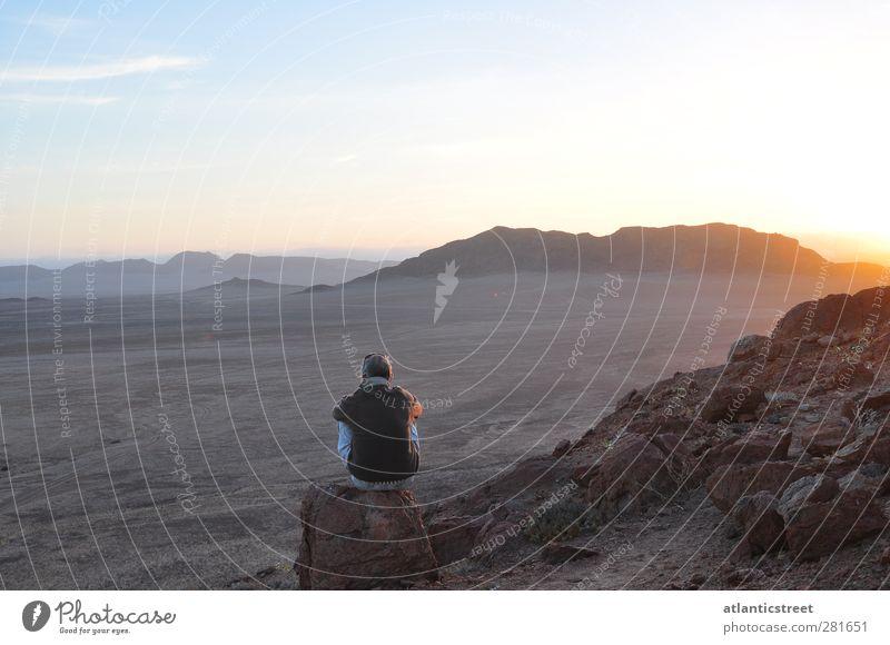 Abendstimmung am Messum Krater Mensch Himmel Natur Mann Ferien & Urlaub & Reisen Einsamkeit Landschaft Erwachsene Ferne Berge u. Gebirge Freiheit Sand Horizont Felsen Stimmung Erde