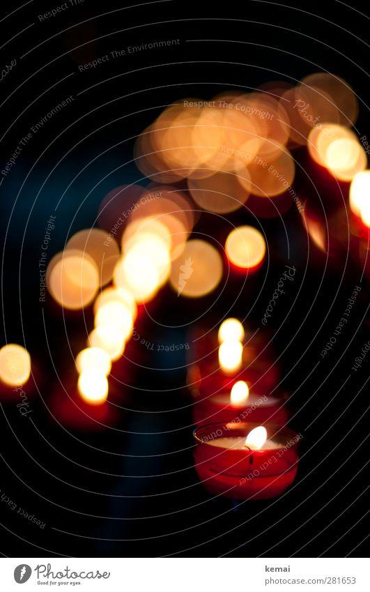 Ein Licht in der Dunkelheit Kerze Teelicht Ewiges Licht Flamme leuchten dunkel Gefühle ruhig Traurigkeit Trauer Tod brennen Religion & Glaube Ewigkeit Farbfoto