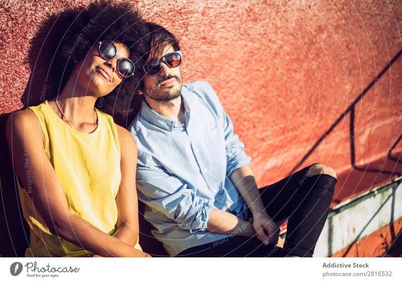 Interracial Paar mit Spaß auf dem Dach urwüchsig Jugendliche Rennsport Kaukasier Außenaufnahme Park Afroamerikaner Junge interrassisch umarmend Mensch Liebe