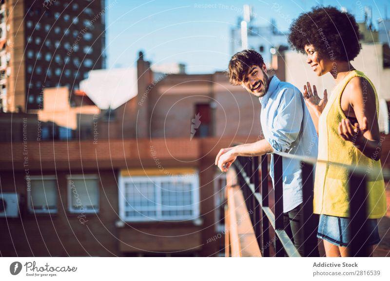 Interracial Paar mit Spaß auf dem Dach urwüchsig Jugendliche Rennsport Kaukasier Außenaufnahme Park Afroamerikaner Junge