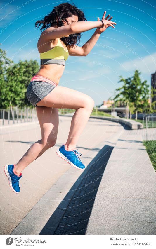 Junge Frau, die im Freien arbeitet und Spaß hat. Außenaufnahme sportlich Fitness Sporthalle Sommer Training Park Liegestütze dünn Tatkraft Erwachsene stark