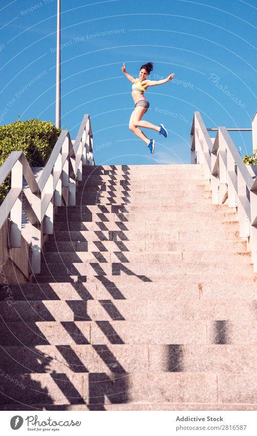 Athletische Frau, die während des Herz-Kreislauf-Trainings die Treppe hinaufläuft - Intervalltraining Fitness rennen Geschwindigkeit Außenaufnahme dünn schwer