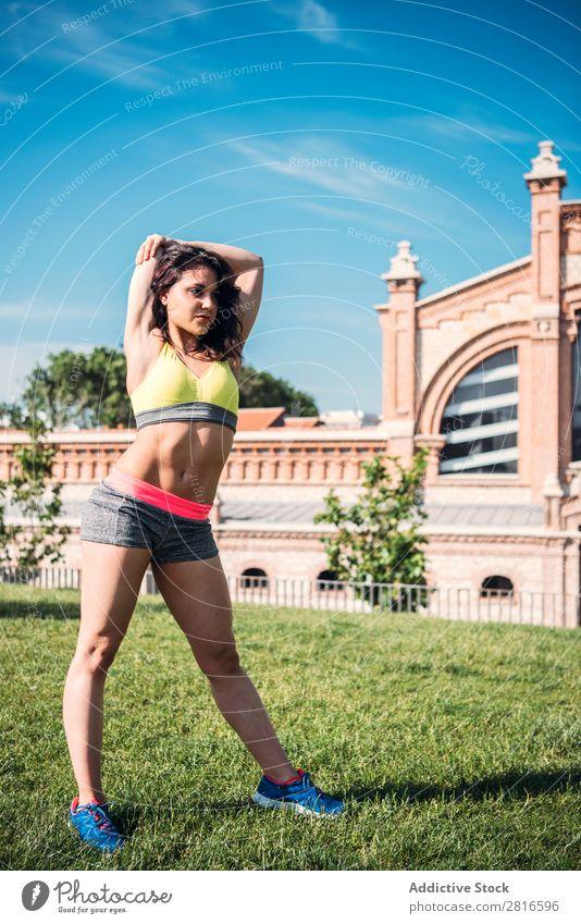 Aufwärmende Frau vor dem Outdoor-Training Dehnung Läufer Licht Sport Vorbereitung Kopie üben sitzen Tag hell Sonnenstrahlen Jogger Textfreiraum Sommer Morgen