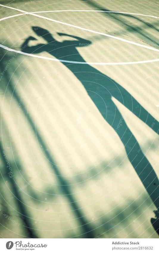 Schatten einer laufenden Frau auf einem Basketballplatz Fitness Sport rennen strecken Läufer Jogger Außenaufnahme Mädchen Wärme Wege & Pfade Beine Mensch Rücken
