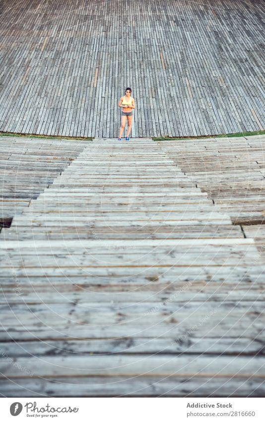 Laufsportlerin, die auf Holztreppen läuft. Frau Fitness Jogging Workout Wellness-Konzept. Joggen Erfolg Läufer Außenaufnahme wandern Bewegung Abenteuer Aktion