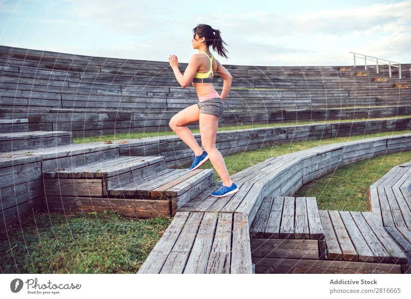Laufsportlerin, die auf Holztreppen läuft. Frau Fitnessjogging w Joggen Erfolg Läufer Außenaufnahme wandern Bewegung Abenteuer Aktion Kopie weiß Chinese