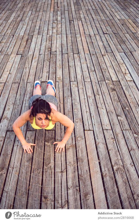 Junge Frau, die im Freien arbeitet und Spaß hat. Außenaufnahme sportlich Fitness Sporthalle Sommer Park