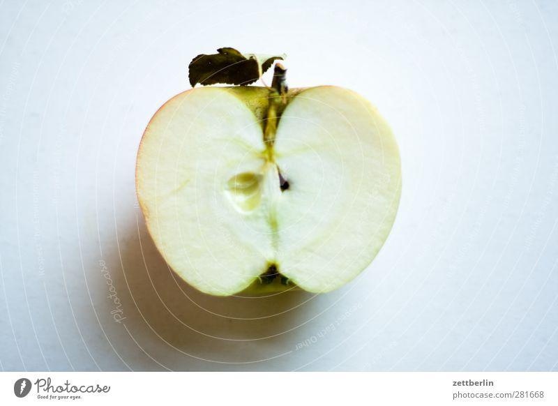 Apfel (halb) Lebensmittel Frucht Ernährung Bioprodukte Vegetarische Ernährung Diät Fasten Slowfood frisch bio Ernte essen Gehäuse gesund Hälfte Kerne Vitamin