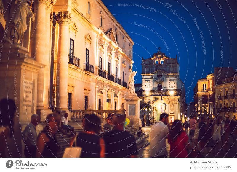 SIRAKUS, ITALIEN - 18. JULI 2016: Siracusa Dome Square mit Touristen bei Nacht, am 18. Juli 2016, auf Sirakus, Sizilien, Italien. Platz Italienisch Insel