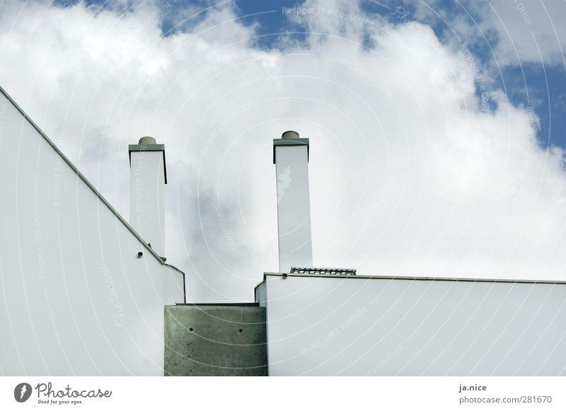 symmetrische Asymmetrie blau weiß Haus Architektur grau hell Fassade modern ästhetisch Dach Schornstein Symmetrie