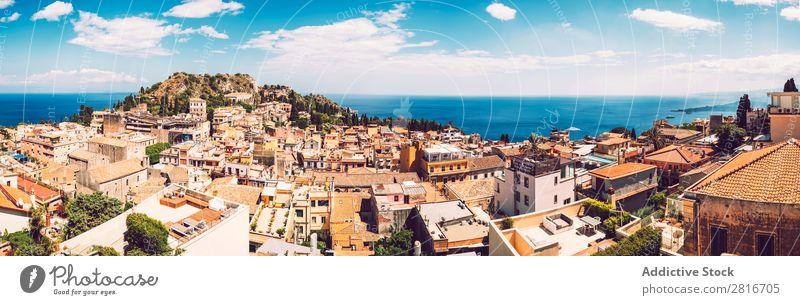 Panoramablick auf Taormina, Sizilien, Italien Ätna Italienisch Meer Insel Berge u. Gebirge Theater Aussicht alt Griechen Dorf historisch Architektur