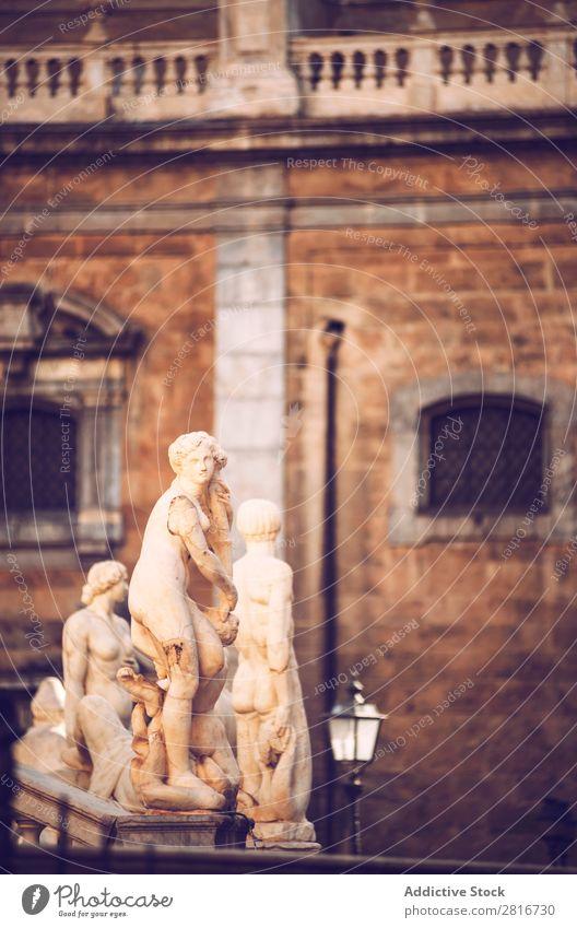 Detailansicht des barocken Springbrunnens mit Nacktstatuen auf der Piazza Pretoria in Palermo, Sizilien, Italien Italienisch Skulptur Ferien & Urlaub & Reisen