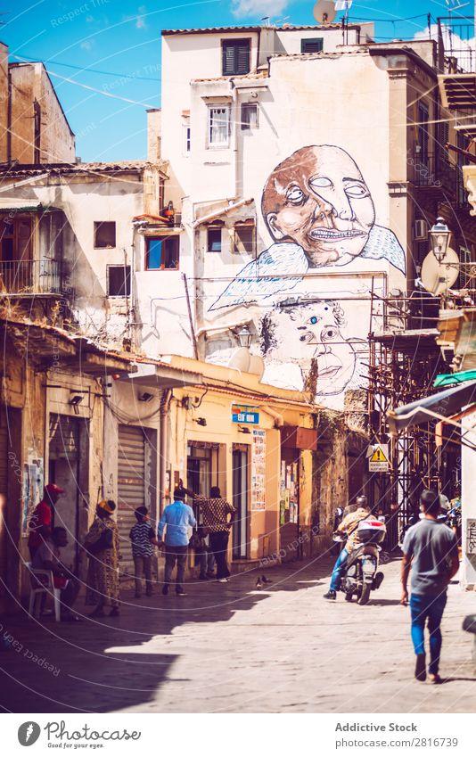 PALERMO, ITALIEN - 17. Juli 2016: Menschen, die ein normales Leben in einem armen Viertel führen, am 17. Juli 2016 in Palermo, Sizilien, Italien. antik