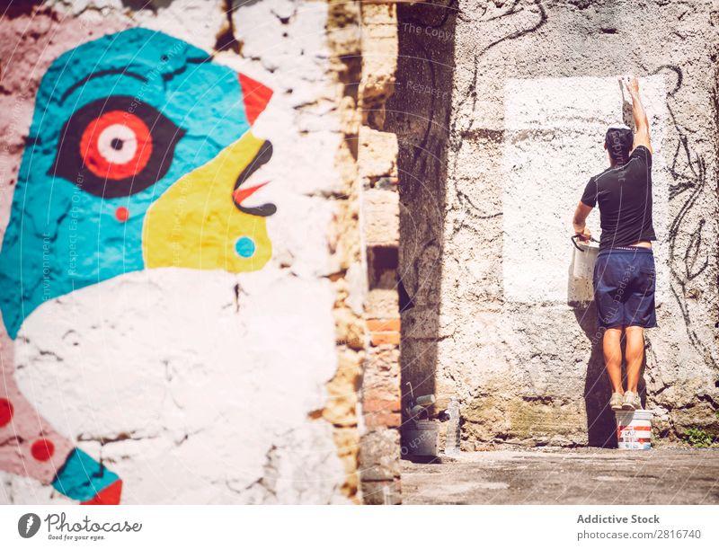 PALERMO, ITALIEN - 17. JULI 2016: Künstler, der ein Straßenkunstgemälde macht, am 17. Juli 2016 in Palermo, Sizilien, Italien. antik Architektur Vientiane