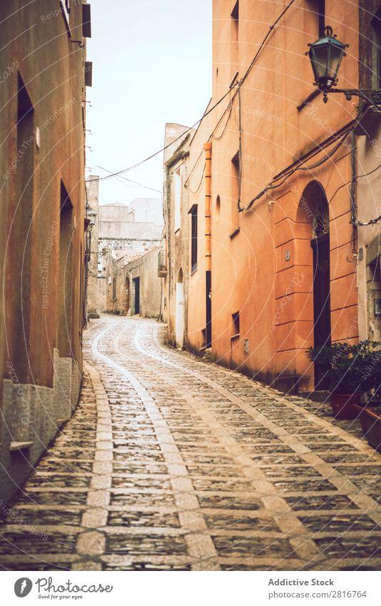 Die Stadt Erice, Sizilien, Italien, an einem nebligen Tag. Detailansicht Straße Nebel kalt Straßenlaterne mediterran Straßenbelag mittelalterlich Gewürz