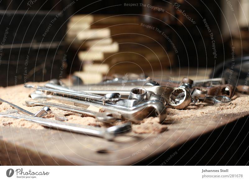 Ringschlüssel Handwerker Werkzeug Schraubenschlüssel Holz Arbeit & Erwerbstätigkeit bauen braun silber Farbfoto Innenaufnahme Nahaufnahme Textfreiraum oben Tag