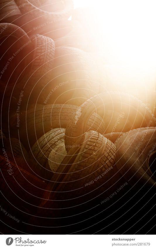 alt Sonne Beleuchtung orange Reifen Anhäufung Haufen Objektfotografie Lichtschein Trödel verschlissen