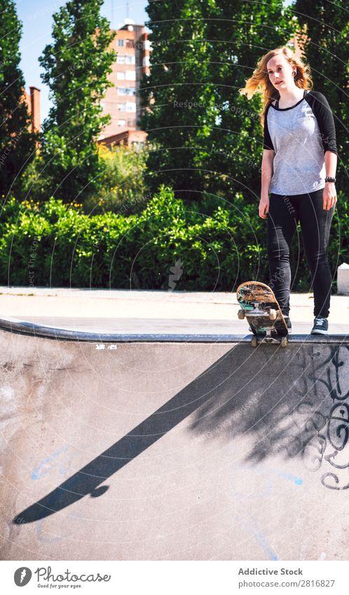Skateboardfrau beim Üben im Skatepark asiatisch Aktion Außenaufnahme Sonnenlicht Rampe Park Skateboarding verpflichtet Ollie entschlossen Bewegung Mensch 1 Frau
