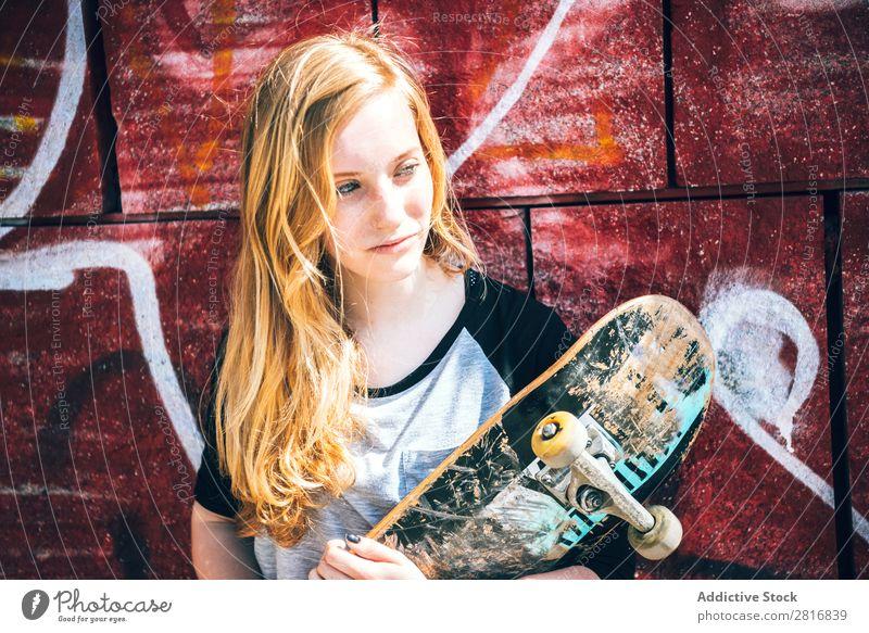 Coole Skateboard-Frau in einem öffentlichen Graffiti-Park Mädchen Straße Schlittschuhlaufen Hut Coolness Außenaufnahme Mensch Freizeit & Hobby Sonnenbrille
