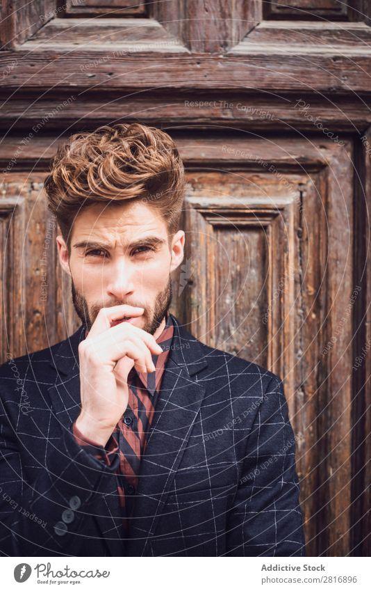 Schöner eleganter junger Modemann im trendigen Kostümanzug, alte Tür Holzhintergrund Anzug Mann Herr modisch Bekleidung Stil Model Hemd Hand lässig modern
