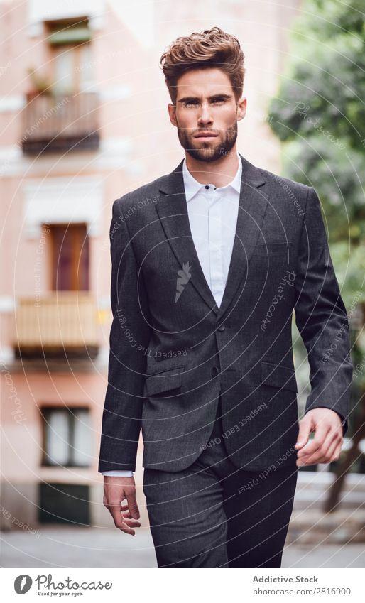 Schöner, eleganter Mann der jungen Mode im trendigen Kostümanzug, der die Straße entlanggeht. Anzug Herr modisch Bekleidung Stil Model Hemd Hand lässig modern